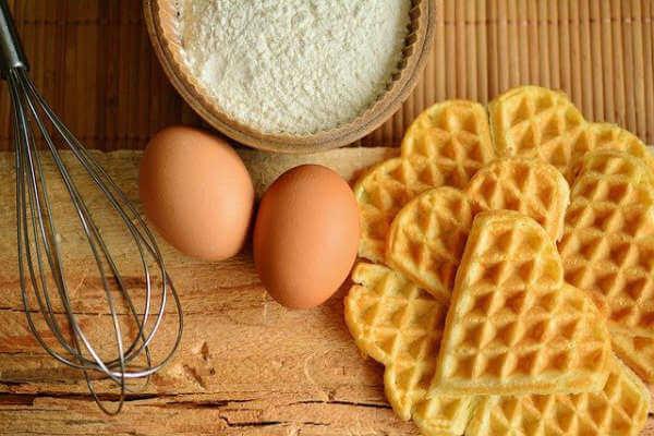 Kokoswaffel - Waffeln, zwei Eier und Mehl